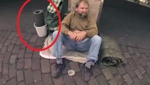 Een student vraagt een dakloze of hij zijn emmer mag lenen. En dan…