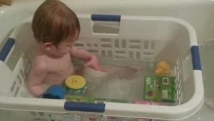 Deze ouders legden hun kind in een wasmand. De reden is geniaal!