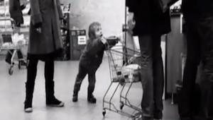 Een jongetje besloot andere winkelende mensen last te vallen, maar wat deze vrou