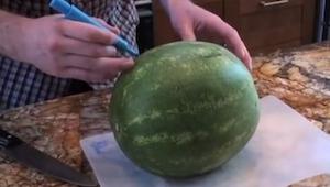 Hij nam de watermeloen en begon er op te tekenen met een marker. Maar wat hij e