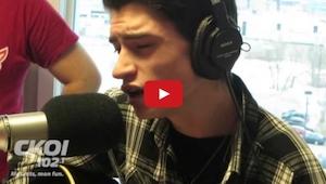 Hij zou een kerstliedje zingen op de radio. Bekijk de reactie van de presentator