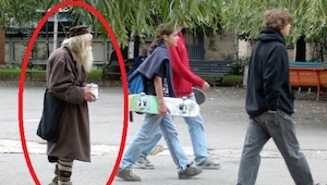 Hij loopt door de straten van de hoofdstad en haalt geld op. Wat hij ermee doet,