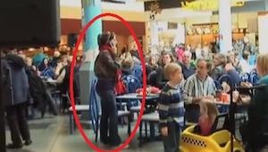 Ze waren aan het lunchen in een winkelcentrum en toen gebeurde er iets geheel on