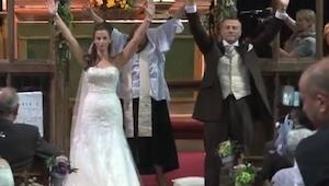 Het huwelijkspaar draaide zich om en deed de armen in de lucht. Niemand had dit