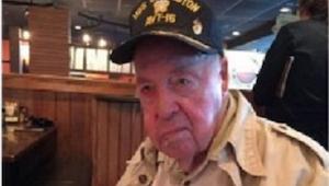 Een oude vader heeft ophef veroorzaakt in een restaurant, toen zijn zoon opstond