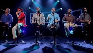 Zes mannen zingen een bekend nummer, maar er zit er altijd DIE ENE tussen.
