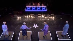 Vier oudere dames kwamen het podium op, even later was iedereeen verbaasd!