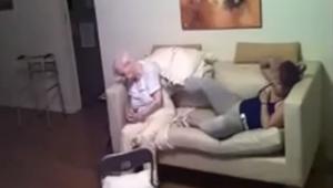 De dochter plaatste een verborgen camera en zag wat de verzorgster deed met haar