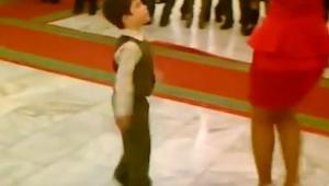 Het klein jongetje vroeg een vrouw te dans…