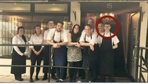 De gasten in het restaurant begonnen hem te beledigen, tot zijn baas iets ongebr