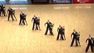 De dansers stonden op rij, toen zij uit elkaar gingen… Ik was stomverbaasd!