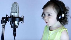 Zijn dochter begon een hit te zingen uit 1985. Absoluut kijken!