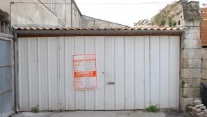Deze garage ziet er van binnen uit als een luxe appartement! Er woont een man in