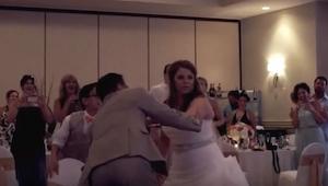 Ze dansten de eerste dans, toen de bruidegom plotseling vroeg om te gaan zitten.