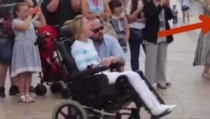 Een wildvreemde man gaf een vrouw in een rolstoel een roos en toen haar eigen ma
