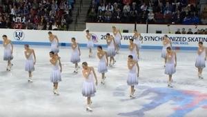 16 schaatsers gingen het ijs op, en toen er een nummer van Whitney Houston klonk