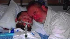 Op het moment dat de artsen de apparatuur willen uitschakelen die zijn zoon in l