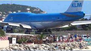Een vliegtuig is een vliegtuig, maar kijk wat er zometeen gebeurt met deze stran