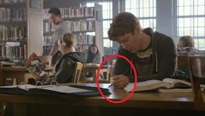 Een verveelde tiener schrijft op zijn schoolbank. Wanneer hij de volgende dag ee