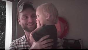 Toen deze vader met zijn kind naar buiten rende de regen in, dacht ik dat hij ge
