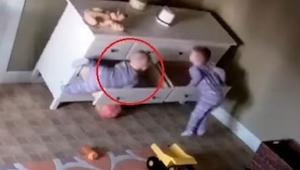 Een commode viel op een jongen. Wat zijn broer deed is nauwelijks te geloven!