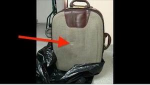 Iemand deed een koffer bij het vuilnis. Nu zoekt de hele stad de persoon, zodat