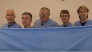 5 artsen verbergen zich achter een laken. Zodra het valt kan ik niet meer stoppe