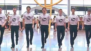 Passagiers op het vliegveld van Dublin waren totaal verrast toen een groep van 6