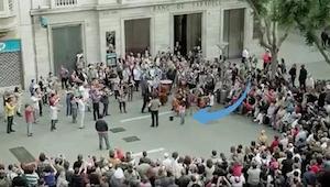 Toen dit meisje een muntje gooide in de hoed van een straatmuzikant, had niemand
