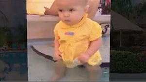 Een meisje van 6 maanden oud viel in het water en haar moeder reageerde er niet