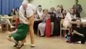 Een oude pan trekt zijn partner het podium op. Op 49 sec. kan niemand zijn ogen