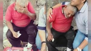 Deze man zat op straat en probeerde al enkele uren snoep te verkopen. Toen er ee