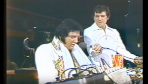 Het laatste live door Elvis uitgevoerde nummer ontroert je tot tranen...