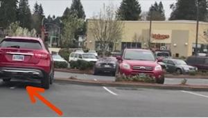 Een bestuurder nam twee parkingplaatsen in. Hij was verrast bij zijn terugkeer!