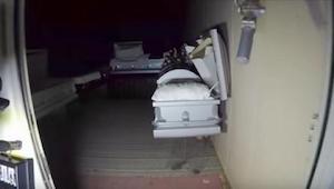 Mannen gaan met een camera naar een verlaten begrafenishuis. Wat ze daar aantrof