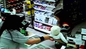 Een caissière greep het kind van een klant. Enkele tellen later gebeurde er iets