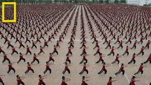 Duizenden Kung Fu studenten in perfecte synchronisatie - die willen we niet kwaa