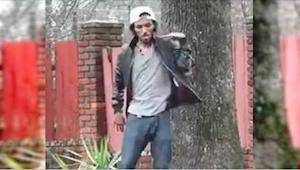 Jonge man danst op de straat. Je kan je ogen niet van zijn benen hoouden!