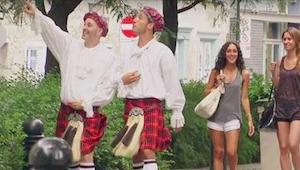 Vrouwen lopen achter twee mannen in kilt. Wat er na een tijdje gebeurt, heeft he