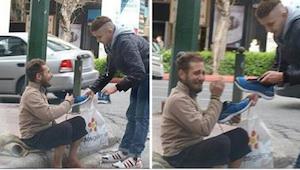 Een jonge man benadert een dakloze met een plastic zak in zijn hand. Wat hij daa