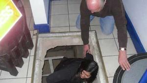Ze namen de geheime trap onder het winkelcentrum- waar ze iets geweldig vonden.