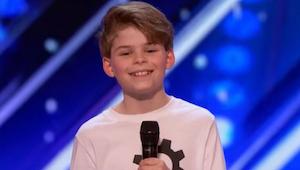 Wanneer deze vrolijke 12-jarige naar het podium rende, verwachtte niemand dat zi