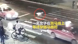 De vrouw werd aangereden door een taxi. Gedurende meer dan een minuut deden voor
