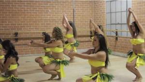 Deze geweldige Tahiti-dans laat je je heupen onbewust bewegen!