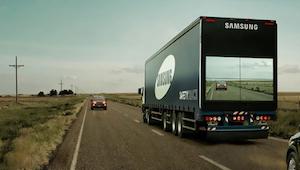 Hij wou een vrachtwagen inhalen, maar wat hij toen zag op de aanhangwagen, deed