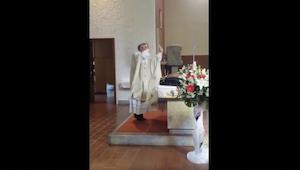 In Polen gaat een priester tijdens een bruiloft volledig uit zijn dak.