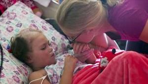 Ouders nemen afscheid van hun stervende dochter. Dan vertelt ze hen 7 woorden di