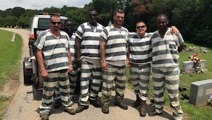 Zes gevangenen merken dat hun bewakers het bewustzijn had verloren. Wat ze deden