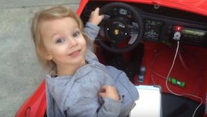 Lief  5 jaar oud meisje komt opdagen in haar elektrische kinderauto . Wat zij do