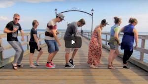 Op vakantie vroeg hij aan vreemden om te dansen - deze video verheugde al veel i